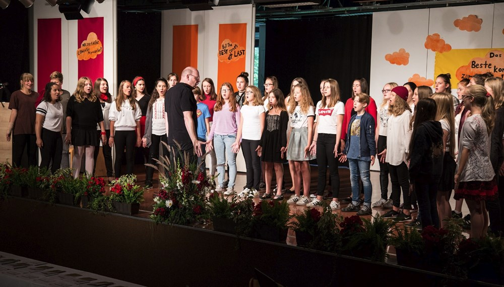 "Der Schulchor der NMS O-Dorf sang ""Royal"" und ""We are the world""."